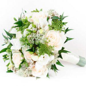 Bouquet de rosas tonos champán y blanco