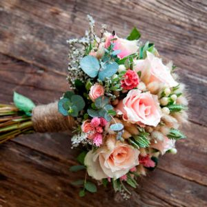 .Bouquet rustico con rosas, hipericum, eucalipto