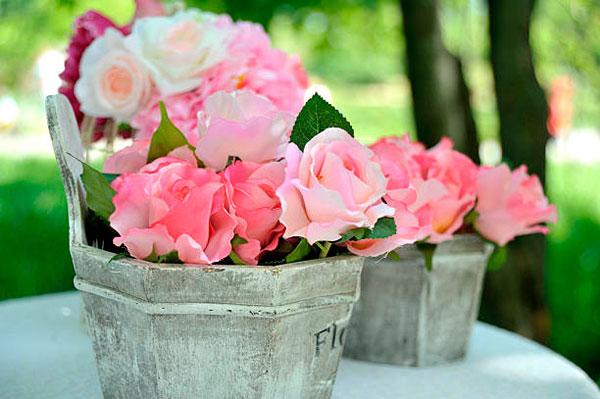 cubetas de laton o madera con rosas alegres