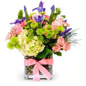 Recipiente cristal con hortensia, lirios y rosas