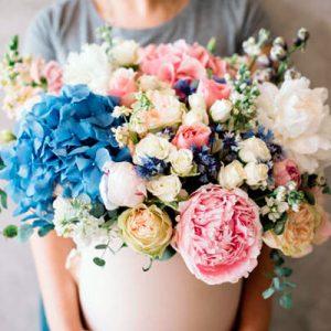 Composicion especial,espectacular trabajo, servido en recipiente nte o caja de madera, con variedad de flores